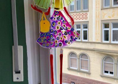 2019 - Großstadtmädchen mit grünem Sonnenschirm - 70 cm hoch