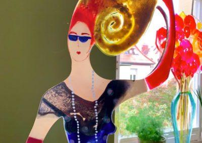 2020 - Dame mit Chamäleon Hut und blauer Tasche - Acrylskulptur - 170 cm